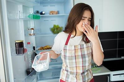 young-woman-kitchen-hold-plasti-foot-tray-opened-with-bed-smell-unfresh-food-woman-feel-sick-because-bed-smell-stand-front-opened-fridge_186523-80