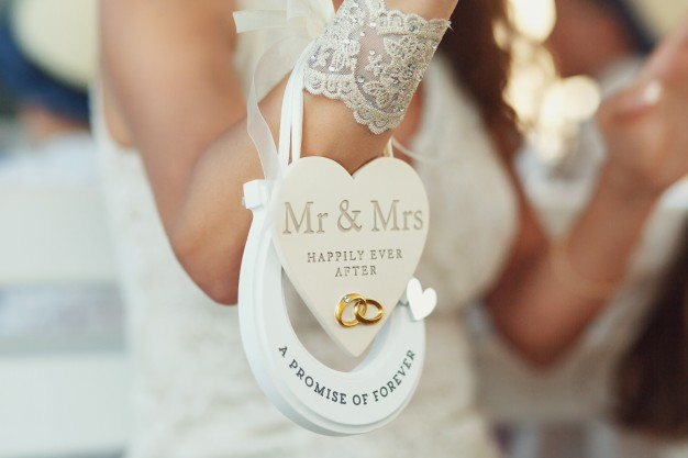 paper-heart-mr-mrs-happily-ever-after-horseshoe-promise-forever-hang-bride-s-wirst_1304-3226